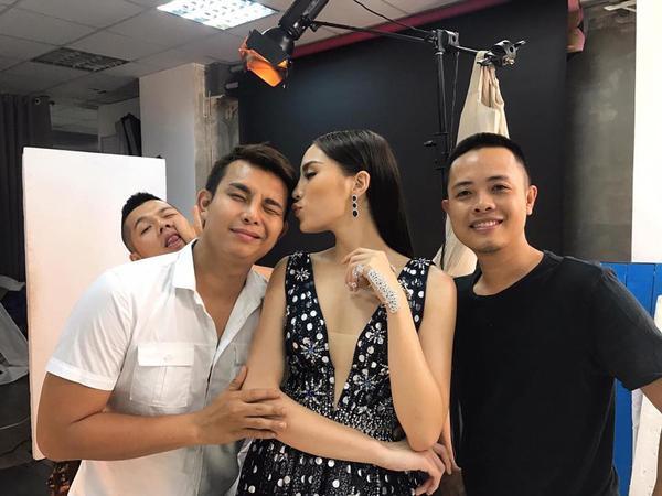 Công bố HLV The Face 2017 vẫn chưa hết hot, Minh Tú tiếp tục trở thành 'nàng thơ' của Chung Thanh Phong tại VIFW 2017