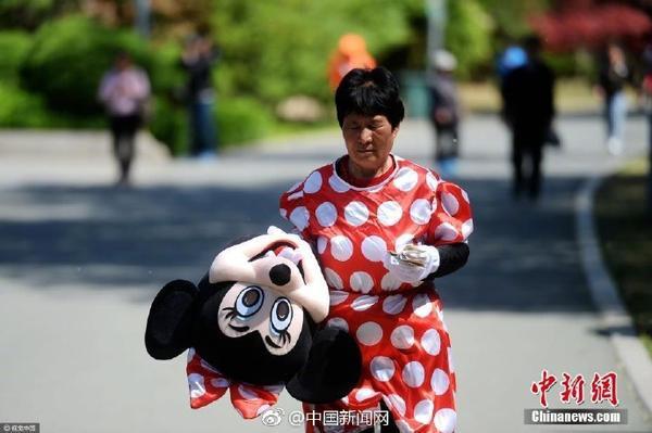 Mẹ chồng hơn 70 tuổi giả chuột Minnie kiếm tiền nuôi con dâu