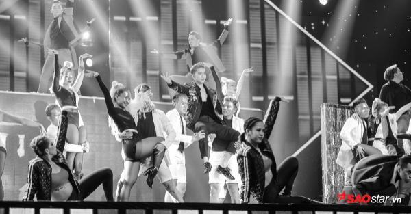 Bảo Thy liều lĩnh nhảy trên băng chuyền - đạo cụ 'chưa từng có' trên sân khấu Hòa âm ánh sáng 3 mùa