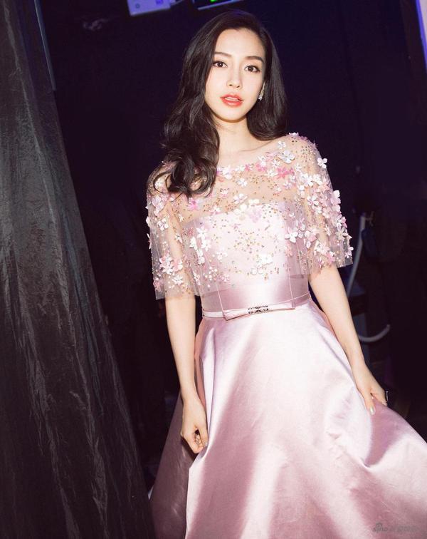 Ở lần xuất hiện này, Angela Baby ghi điểm khi diện bộ đầm hồng pastel và khoe nhan sắc ngọt ngào, thần thái rạng rỡ.