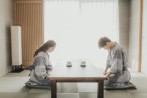 """""""Ví dụ sáng sớm đang ngồi uống trà mà vô tình thấy có một cô bé xinh xắn như này, bạn sẽ làm gì?"""", Hồ Quang Hiếu hài hước chia sẻ câu hỏi đầy thú vị."""