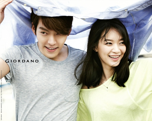 """Kim Woo Bin - Shin Min Ah  Mối tình """"chị em"""" giữa Kim Woo Bin (27 tuổi) và Shin Min Ah (32 tuổi) bắt đầu nhen nhóm từ khi hai người quay quảng cáo chung cho một nhãn hàng thời trang. Và chỉ sau 2 tháng tìm hiểu, cặp đôi chính thức công bố chuyện tình cảm với báo giới vào tháng 7/2015."""