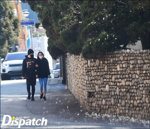Hình ảnh bình dị của TaeYang - Min Hyo Rin khi dắt tay nhau đi dạo trong kì nghỉ dưỡng vừa qua.  Không ồn ào, chỉ đơn giản là bên nhau như bao cặp đôi bình thường khác - đó là cách Taeyang và nữ diễn viên Min Hyo Rin duy trì mật ngọt tình yêu. Min Hyo Rin từng tiết lộ, hai người có quãng thời gian chia xa nhưng sau đó lại tái hợp.