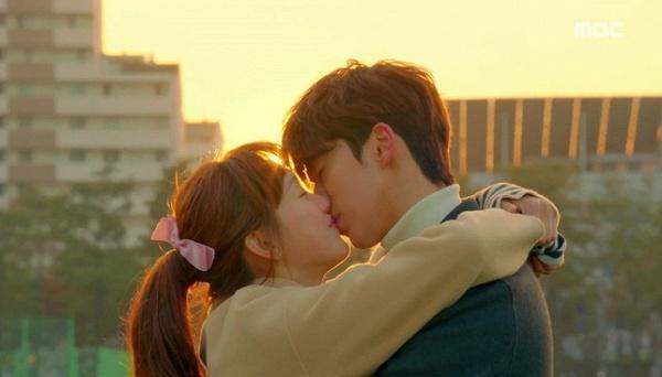 Nam Joo Hyuk - Lee Sung Kyung  Có thể nói, cặp đôi hot nhất thời điểm hiện tại không ai khác chính là Nam Joo Hyuk và Lee Sung Kyung khi mà mới ngày 24/4 vừa qua họ chính thức công khai hẹn hò. Cặp đôi hoạt động trong cùng chung công ty quản lý YG. Trước đó giữa họ cũng có tình cảm chị em thân thiết từ lâu.