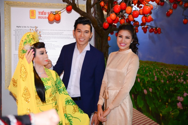 Nguyễn Thị Thành nhí nhảnh, chu môi hôn tượng sáp của Á vương Ngọc Tình