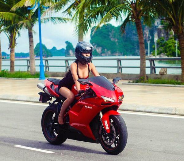 """Phương Diễm - Hot girl lái xe môtô phân khối lớn  Diễm Trần, hay còn được cư dân mạng biết đến với tên Phương Diễm - """"nàng hot girl lái xe môtô khủng"""". Ngoài gương mặt xinh đẹp và vóc dáng chuẩn, cô nàng sinh năm 1996 còn làm bao người ngưỡng mộ bởi kinh nghiệm lái xe môtô dày dặn của mình.  Bức ảnh Phương Diễm điều khiển môtô khiến cư dân mạng xôn xao."""
