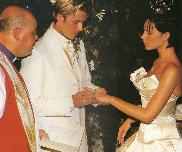 Beckham thành khẩn trao nhẫn cưới cho Victoria trước sự chứng kiến của nhiều người.