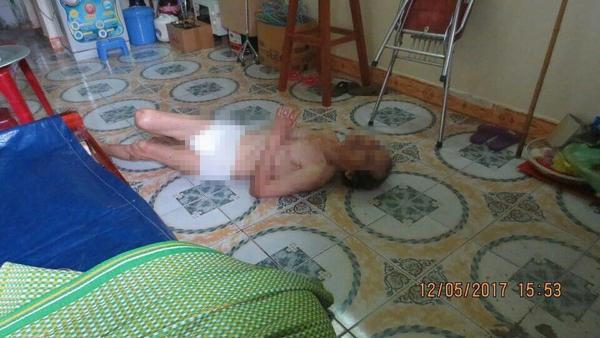Phẫn nộ cảnh cha già 67 tuổi bị con gái và con rể đánh đập, bỏ đói dưới nền nhà lạnh ảnh 2