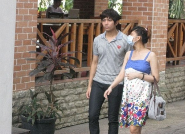 Năm 2012, Trương Quỳnh Anh bị bắt gặp vác bụng bầu đi mua sắm đồ sơ sinh với Tim.