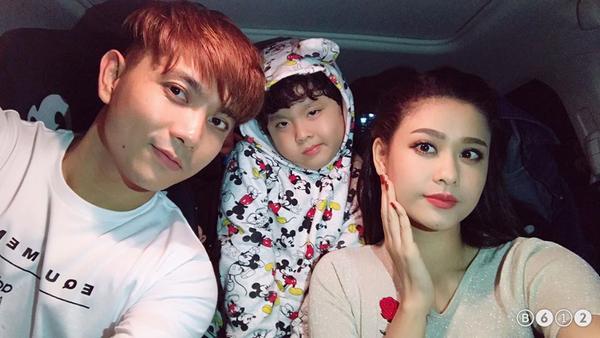 Trước ngày tin ly hôn gây xôn xao, Trương Quỳnh Anh vẫn đăng tải bức ảnh chụp cùng Tim và con trai trên Facebook cá nhân.