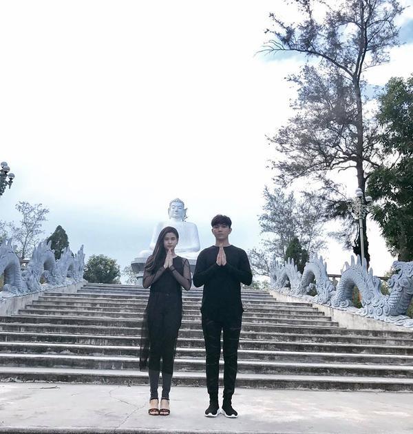 Hai vợ chồng tịnh tâm, tìm kiếm sự bình yên nơi cửa Phật.