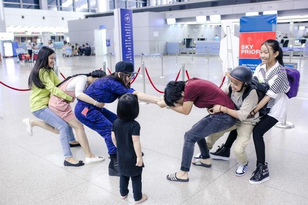 Phi Nhung cực chất với style hiphop, đùa giỡn cùng Hồ Văn Cường tại sân bay - ảnh 7