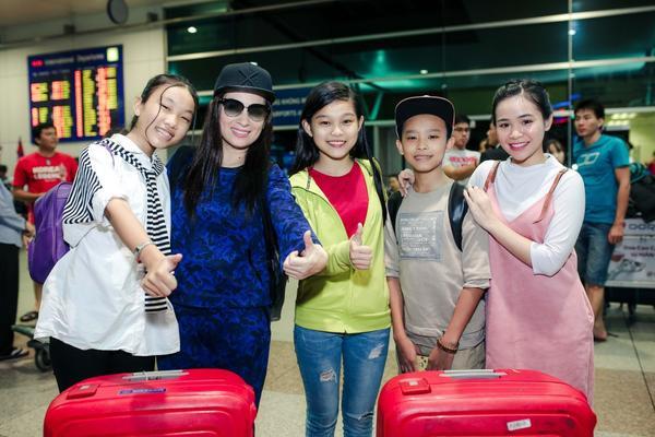 Phi Nhung cực chất với style hiphop, đùa giỡn cùng Hồ Văn Cường tại sân bay - ảnh 1