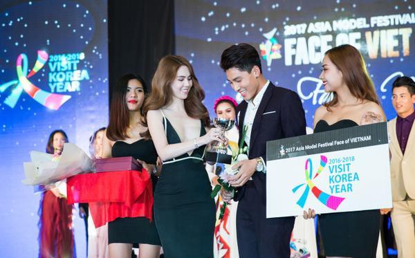 Ngọc Trinh trao giải nhất cho thí sinh nam.