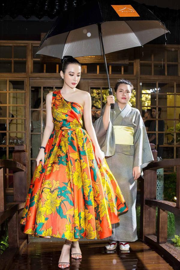 Tối 3/6, Angela Phương Trinh gây ấn tượng khi xuất hiện tại buổi khai trương của một nhà hàng tại TP.HCM.