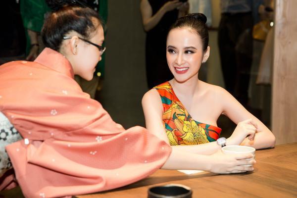 Được biết, đây cũng là lần xuất hiện hiếm hoi của Angela Phương Trinh sau buổi ra mắt BST mang dấu ấn cá nhân. Trong năm 2017, cô chỉ tham gia những sự kiện quan trọng và các show diễn giới thiệu bộ sưu tập của các nhà thiết kế thân thiết để toàn tâm tập trung cho các dự án phim ảnh, thời trang riêng