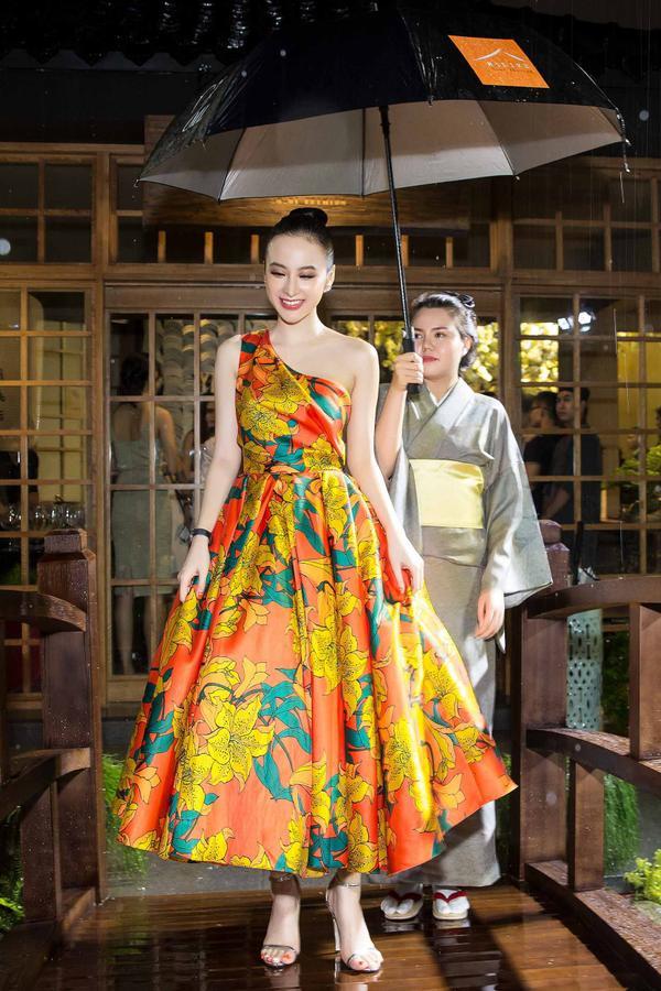 Dù gặp trở ngại khi di chuyển vì cơn mưa lớn từ chiều, nữ diễn viên 9X sắp xếp thời gian để có mặt đúng giờ, chung vui cùng các quan khách.