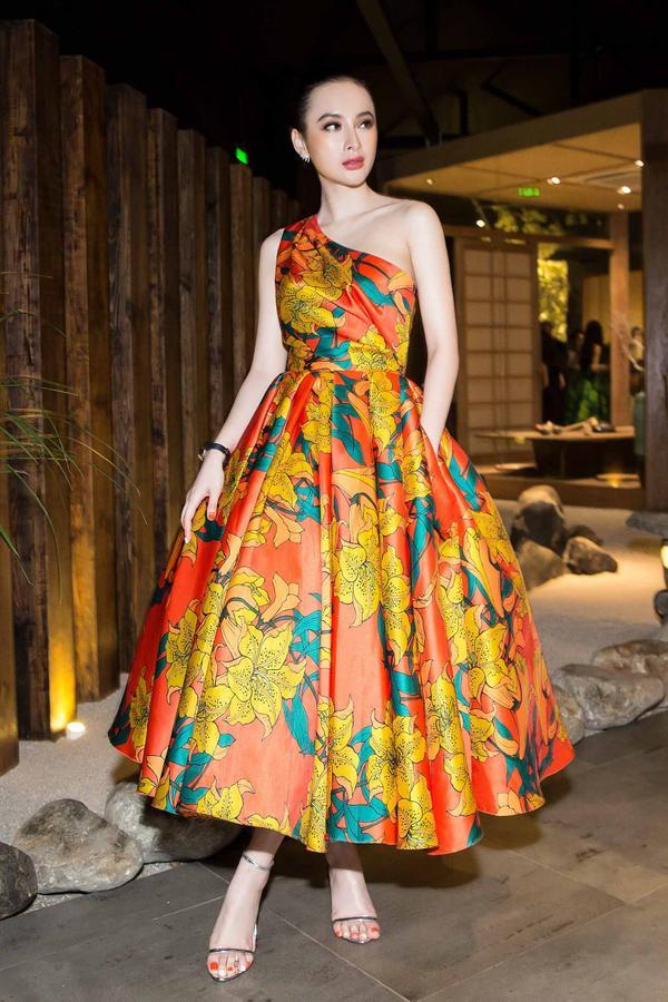 Người đẹp diện đầm xòe bồng chéo vai đa sắc lấy cảm hứng từ những sắc màu trong cuộc sống, thuộc bộ sưu tập Life In Color vừa ra mắt của Đỗ Mạnh Cường cách đây không lâu.