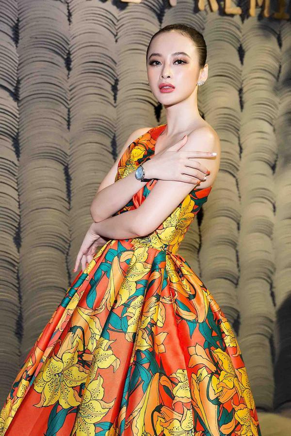 Loạt phụ kiện như đồng hồ, bông tai, giày cũng góp phần giúp Angela Phương Trinh trở thành tâm điểm bên cạnh nhiều ngôi sao nổi tiếng của làng giải trí.