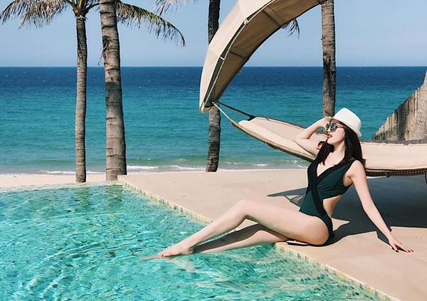 Nữ ca sĩ còn khoe đôi chân dài biên man trong bộ bikini màu đen.