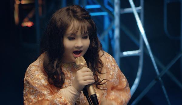 Minh Hằng (Sắc đẹp ngàn cân)  Sắc đẹp ngàn cân là bộ phim từng gây sốt màn ảnh Hàn từ 10 năm trước, nên khi nghe tin Việt Nam mua bản quyền làm lại, không ít khán giả vô cùng háo hức, đợi mong. Phim là câu chuyện hài hước và lãng mạn về hai cô gái đối lập: một ca sĩ gợi cảm, quyến rũ nhưng có giọng hát rất dở và cô nàng mập ú, xấu xí nhưng có giọng hát trời phú. Đây cũng là dự án đánh dấu sự trở lại đáng kỳ vọng của nữ diễn viên - ca sĩ Minh Hằng sau bộ phim nghệ thuật Bao giờ có yêu nhau.
