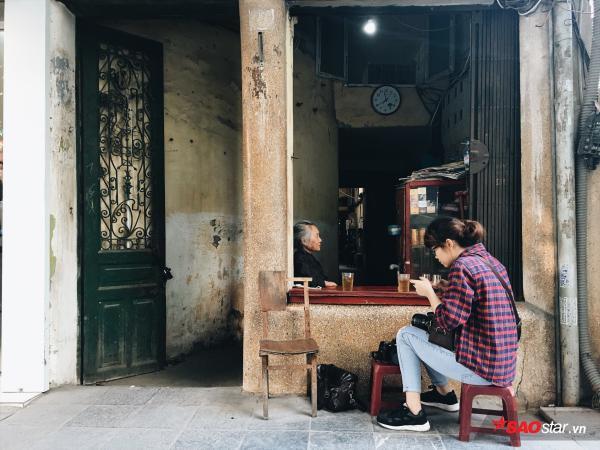 Chuyện kể của những bà cụ dành cả cuộc đời bán trà đá cho người dân Hà Thành - Ảnh 1.