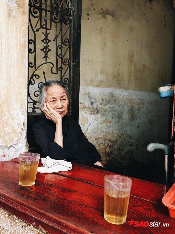 Chuyện kể của những bà cụ dành cả cuộc đời bán trà đá cho người dân Hà Thành - Ảnh 2.