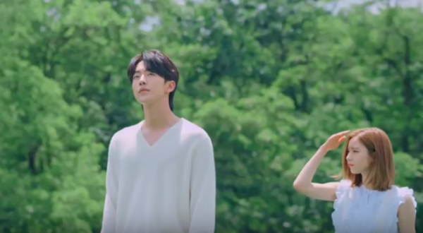 'Cô Dâu Thủy Thần' tung ảnh mới, fan chết ngất vì Nam Joo Hyuk xả thân che chắn Shin Se Kyung giữa trời mưa