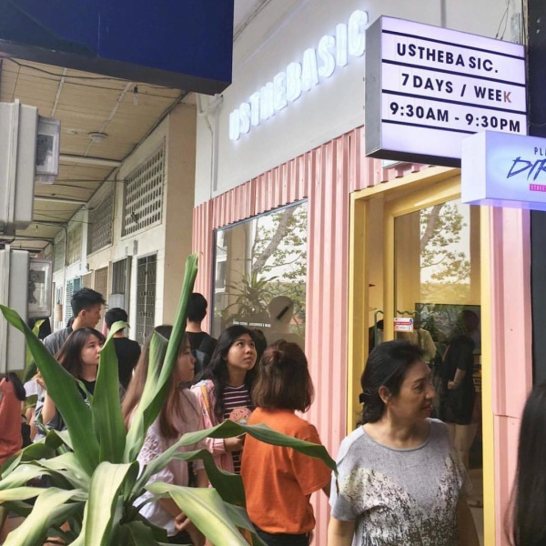 Khá đông đúc các bạn trẻ tới đây mua sắm vào mỗi dịp cuối tuần.