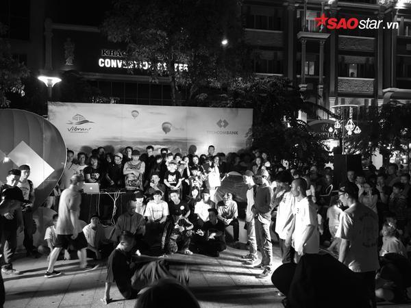 Các chàng trai đang phô diễn các động tác nhảy điêu luyện của mình trên đường phố.