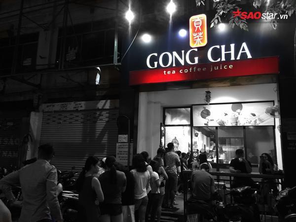 Trên con đường Hồ Tùng Mậu cũng không thua kém, khi khách hàng xếp hàng ra tận đường lộ.