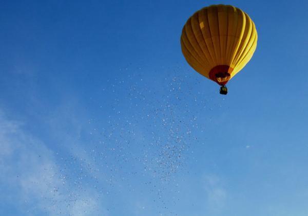 'Choáng' với việc rải tiền từ khinh khí cầu để 'truyền cảm hứng…
