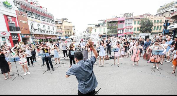 Ghen tị với màn cầu hôn hoành tráng tại phố đi bộ Hà Nội có ekip lên đến 70 người