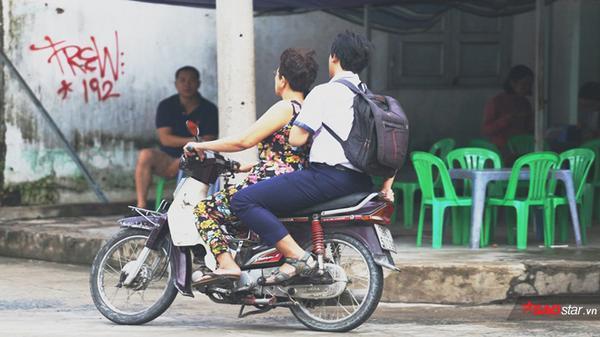 - 12 - Quên thẻ dự thi, nam sinh được cô bán xôi đèo xe máy vượt hơn 10 cây số để kịp giờ thi