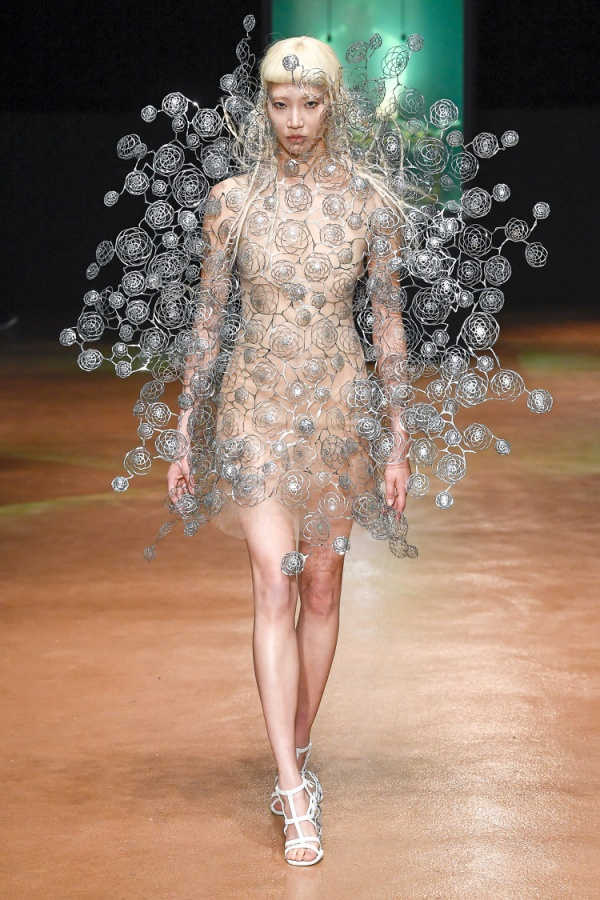 Đây là BST ấn tượng nhất mùa Thu Đông Couture khiến người xem chìm trong 'ảo giác'