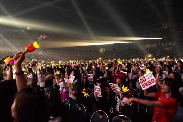 Fan được phen hú hồn khi G-Dragon 'rớt xuống hố' ngay giữa sân khấu tại Bangkok