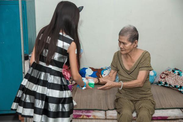 Ca sĩ hải ngoại Hà Phương giản dị đi thiện nguyện cùng mẹ và hai con gái