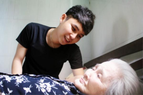 Nguyễn Ngọc Phú và bà ngoại của mình.