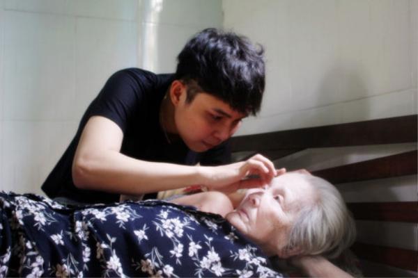 Cử chỉ ân cần của người cháu dành cho ngoại.