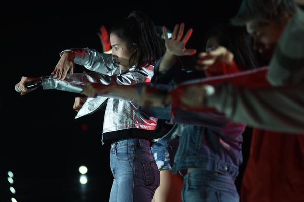 Đông Nhi chuyên nghiệp gây ấn tượng với ekip Hàn Quốc khi tổng duyệt Asia Song Festival