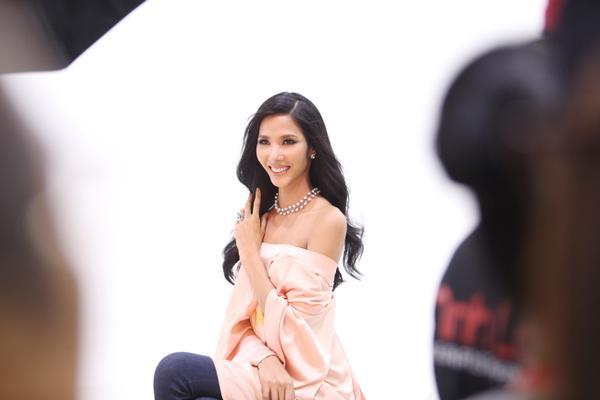 Không ngoài kỳ vọng, 'thánh ca dao' Hoàng Thùy giành vé vào bán kết Hoa hậu Hoàn vũ Việt Nam 2017. - ảnh 2