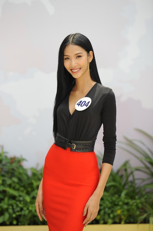 Không ngoài kỳ vọng, 'thánh ca dao' Hoàng Thùy giành vé vào bán kết Hoa hậu Hoàn vũ Việt Nam 2017. - ảnh 1
