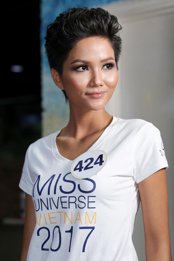 Không ngoài kỳ vọng, 'thánh ca dao' Hoàng Thùy giành vé vào bán kết Hoa hậu Hoàn vũ Việt Nam 2017. - ảnh 4