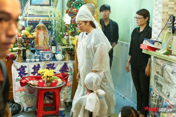 - dttp1402 - Mặc trời mưa lớn, nhiều khán giả vẫn có mặt đưa tiễn danh hài Khánh Nam về 'đất mẹ'