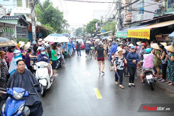 - dttp1460 - Mặc trời mưa lớn, nhiều khán giả vẫn có mặt đưa tiễn danh hài Khánh Nam về 'đất mẹ'