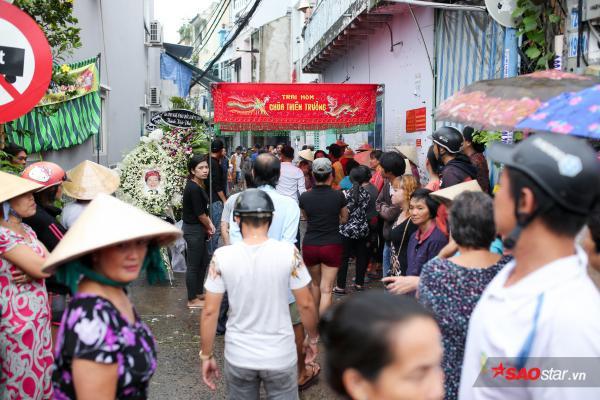- dttp1467 - Mặc trời mưa lớn, nhiều khán giả vẫn có mặt đưa tiễn danh hài Khánh Nam về 'đất mẹ'