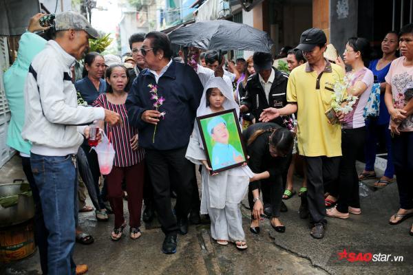 - dttp1492 - Mặc trời mưa lớn, nhiều khán giả vẫn có mặt đưa tiễn danh hài Khánh Nam về 'đất mẹ'