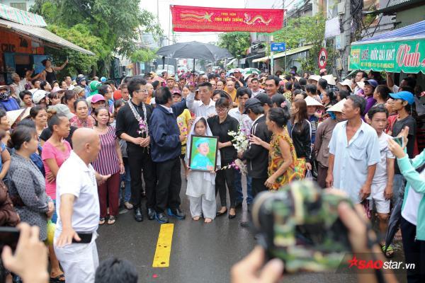 - dttp1498 - Mặc trời mưa lớn, nhiều khán giả vẫn có mặt đưa tiễn danh hài Khánh Nam về 'đất mẹ'