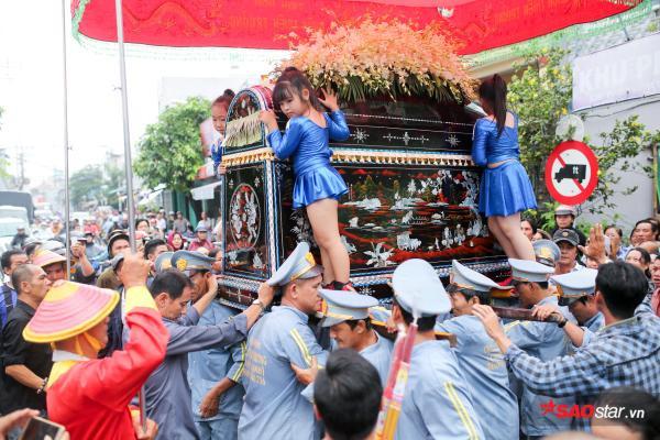 - dttp1503 - Mặc trời mưa lớn, nhiều khán giả vẫn có mặt đưa tiễn danh hài Khánh Nam về 'đất mẹ'