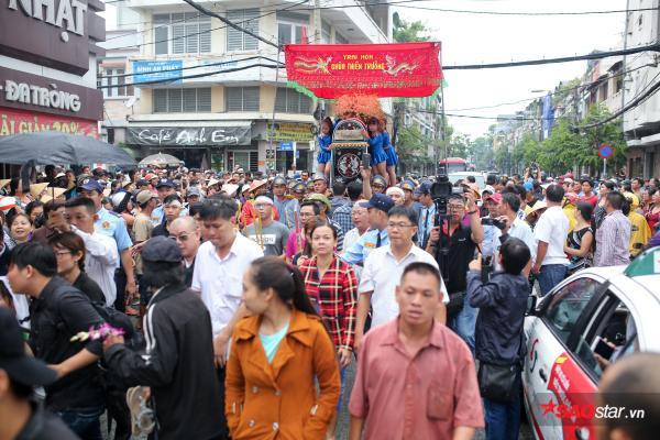 - dttp1509 - Mặc trời mưa lớn, nhiều khán giả vẫn có mặt đưa tiễn danh hài Khánh Nam về 'đất mẹ'